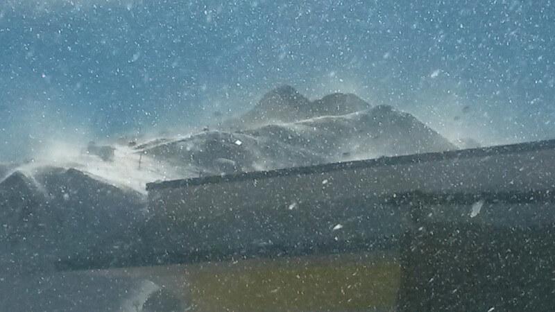 Fuerte viento en el Pirineo nevado